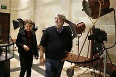 """<p>El director George Lucas camina por la Escuela de Artes Cinematográficas de la USC en Los Angeles, 29 mar 2009. Cuando el cineasta George Lucas asistía a la Universidad de California del Sur en la década de 1960, la idea de que él o alguno de sus compañeros siguiera una carrera en el cine era considerada como """"loca"""". Pero los tiempos y la industria del cine han cambiado desde entonces, y la Escuela de Artes Cinematográficas de la USC celebró el domingo su aniversario número 80 con la inauguración de nuevas instalaciones con escenarios de sonido, salas de proyección y modernos equipos digitales. REUTERS/Steve Cohn/Handout</p>"""