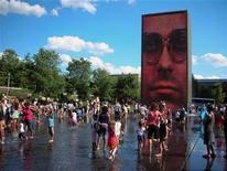 """<p>Vista de la obra """"Crown Fountain"""" del artista Jaume Plensa en el parque Millennium en Chicago, Illinois, Estados Unidos, 21 jun 2008. Chicago encabeza la lista mundial de 29 ciudades donde los hombres prefieren vivir, posiblemente motivado a la victoria presidencial de Barack Obama, mientras que Barcelona está en segundo lugar. Entre los países latinoamericanos, en la lista destacaron Buenos Aires en la decimatercera posición, Ciudad de Panamá en el puesto 21 y Santiago de Chile en el lugar 26 entre las favoritas de los hombres. REUTERS/Julie Mollins</p>"""
