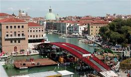 <p>A view of the new bridge installed across the Grand Canal in Venice August 11, 2007. Italy launched a 10 million euro ($13 million) international advertising campaign on Tuesday to lure back tourists as the economic crisis hammers one of the Mediterranean country's biggest industries. REUTERS/Manuel Silvestri</p>