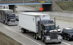 <p>Freight trucks are driven on the Fisher freeway in Detroit, Michigan March 27, 2009. REUTERS/Rebecca Cook</p>