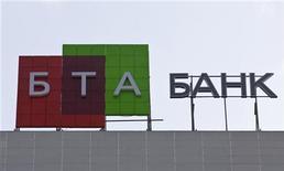 <p>Логотип БТА-банка на здании, в котором располагается офис компании, в Алма-аты 2 февраля 2009 года. Генеральная прокуратура Казахстана арестовала самолеты, квартиры, землю и другое имущество бежавшего из страны экс-главы крупнейшего в Казахстане и национализированного БТА-банка, сообщила Генпрокуратура во вторник. REUTERS/Shamil Zhumatov</p>