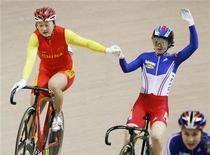 <p>Победительница чемпионата мира по велотреку Гуо Шуан (слева) жмет руку занявшей второе место Кларе Санчес из Франции в Кейрине 29 марта 2009 года. Китай и Франция решили восстановить дружеские отношения и объединить усилия в борьбе с финансовым кризисом, говорится в совместном заявлении, представленном на сайте МИД Китая. REUTERS/Peter Andrews</p>