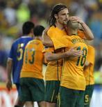 <p>Josh Kennedy, da Austrália, comemora gol em vitória por 2 x 0 contra o Uzbequistão nesta quarta-feira, o que praticamente assegurou o time na Copa do Mundo 2010. REUTERS/Tim Wimborne</p>