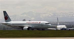 <p>An Air Canada plane lands in front of a United plane at the Calgary International Airport in Calgary, Alberta, June 17, 2008. REUTERS/Todd Korol</p>
