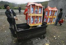 <p>Personas arreglan sus preparativos para el Festival de la Pura Claridad en Wuhan, China, 29 mar 2009. China está alentado a la gente a que presente sus respetos a los mártires de la revolución comunista en un nuevo sitio de internet, preparado de cara a un feriado tradicional en memoria de sus muertos, señalaron el jueves medios estatales. REUTERS/Stringer</p>