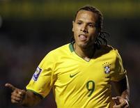 <p>O atacante Luís Fabiano comemora após marcar gol pela seleção brasileira contra o Peru, em Porto Alegre. REUTERS/Sergio Moraes</p>
