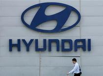 <p>Человек проходит мимо логотипа Hyundai Motor у штаб-квартиры компании в Сеуле 27 апреля 2006 года. Hyundai Motor Group, пятый по величине в мире автопроизводитель, продолжит разработку автомобилей, которые будут минимально загрязнять окружающую среду, несмотря на низкую доходность сегмента и сокращение авторынка в целом. REUTERS/Kim Kyung-Hoon</p>