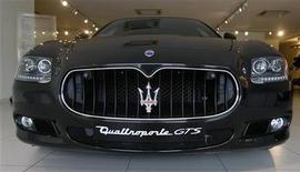 """<p>Автомобиль Maserati Quattroporte GTS в Сингапуре 2 апреля 2009 года. Продажи итальянского производителя спорткаров класса """"люкс"""" Maserati снизились примерно на 30 процентов в первом квартале 2009 года, сообщила компания, принадлежащая Fiat. REUTERS/Vivek Prakash</p>"""