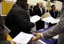 <p>Люди на бирже труда в Нью-Йорке 20 марта 2009 года. Все больше работающих жителей США опасаются, что попадут под сокращения на своем месте работы, свидетельствуют данные опроса, проведенного сайтом Glassdoor.com. REUTERS/Shannon Stapleton</p>