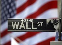 <p>Табличка с названием улицы Уолл-стрит в Нью-Йорке 26 марта 2009 года. Размер средней денежной компенсации глав 200 крупных американских компаний в минувшем году снизился на 8,5 процента и составляет теперь $2,24 миллиона, сообщила газета Wall Street Journal со ссылкой на исследование, проведенное консалтинговой компанией Hay Group. REUTERS/Chip East</p>