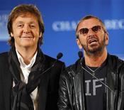 <p>Los ex Beatles Paul McCartney y Ringo Starr hablan en una conferencia de prensa en Nueva York, 3 abr 2009. Los ex Beatles Paul McCartney y Ringo Starr realizarán el sábado un concierto para reunir fondos para un programa que enseña técnicas de meditación a niños, un método que McCartney dice ayudó estabilizar a la banda en su momento de mayor popularidad. REUTERS/Chip East</p>