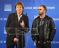 <p>Ex-beatles Paul McCartney e Ringo Starr discursa em uma coletiva de imprensa em Nova York. 03/04/2009. REUTERS/Chip East</p>