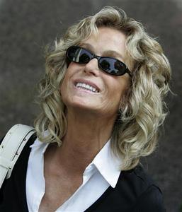 Farrah Fawcett smiles as she arrives at Municipal Court to serve jury duty in Beverly Hills in this July 6, 2005 file photo. REUTERS/Mario Anzuoni/Files