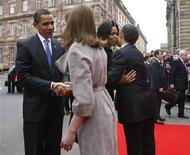 <p>(Слева) Президент США БАрак Обама, первая леди Франции Карла Бруни, первая леди США Мишель Обама, президент ФРанции Николя Саркози приветствуют друг друга в Страсбурге 3 апреля 2009 года. Французская студентка, в пятницу подарившая поцелуй Бараку Обаме, призналась, что американский президент согласился принять такой жест со стороны девушки лишь с одобрения своего французского коллеги Николя Саркози. REUTERS/Jason Reed</p>