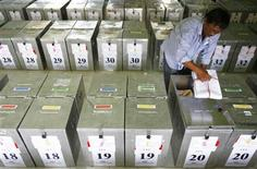 <p>A worker checks ballot papers before distributing them to the districts in Surabaya of Indonesia's East Java province April 6, 2009. REUTERS/Sigit Pamungkas</p>