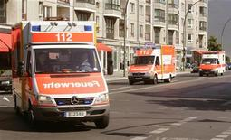 <p>Кареты скорой помощи в Берлине у Бранденбургских ворот 2 июля 2006 года. Жительница Германии попала сразу в три ДТП, где меньше чем за час оказалось повреждено семь транспортных средств, тогда как она получила только небольшие повреждения, сообщила во вторник полиция поселка Цинновиц, немецкого курорта на Балтийском море. REUTERS/Arnd Wiegmann</p>