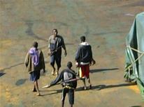 """<p>Сомалийские пираты разгуливают по палубе китайского корабля """"Zhenhua 4"""" в Аденском заливе 17 декабря 2008 года. Сомалийские пираты в среду захватили в Индийском океане в 400 километрах от столицы Сомали Могадишу датское судно с американским экипажем. REUTERS/Handout</p>"""