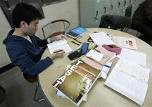<p>Kim Sang-heon, 29, who graduated from Hankuk University of Foreign Studies in 2009, studies at the university library in Seoul March 20, 2009. REUTERS/Jo Yong-Hak</p>