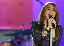 """<p>La cantante estadounidense Miley Cyrus ofrece una presentación en el programa de la cadena ABC """"Good Morning America"""" en Nueva York, 8 abr 2009. REUTERS/Brendan McDermid</p>"""