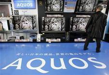 <p>Un hombre mira televisores Aquos de Sharp Corp en una tienda en Tokio, 6 feb 2009. Las tecnológicas japonesas Sharp Corp y Pioneer Corp anunciaron el jueves que formarán un emprendimiento conjunto donde fusionarán sus negocios de discos ópticos, con el objeto de crecer en una de sus principales operaciones y ser líderes en el mercado de discos Blu-ray. REUTERS/Yuriko Nakao</p>