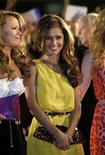 <p>Cheryl Cole del grupo Girls Aloud asiste a los premios Brit Awards en Earls Court en Londres, 20 feb 2008. La cantante británica de pop y estrella de televisión Cheryl Cole fue coronada esta semana la mujer mejor vestida del mundo por la revista Glamour, superando a la ganadora del año pasado Kate Moss, quien obtuvo el segundo lugar. REUTERS/Luke MacGregor</p>