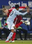 <p>O jogador do Hamburgo Jansen disputa bola com o brasileiro Robinho, do Manchester City, em partida pela Copa da Uefa. REUTERS/Christian Charisius</p>