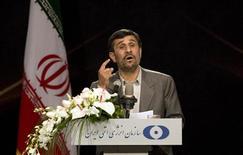 <p>Президент Ирана Махмуд Ахмадинежад выступает на открытии первого в стране комплексе по производству ядерного топлива в Исфагане 9 апреля 2009 года. Иран будет готов к переговорам с Западом, если они пройдут в атмосфере уважения и справедливости, сказал в четверг президент страны Махмуд Ахмадинежад после того как ведущие мировые державы пригласили Тегеран сесть за стол переговоров о его ядерной программе. REUTERS/Caren Firouz</p>
