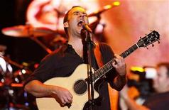 <p>Musician Dave Matthews performs during a Stand Up For A Cure concert to benefit lung cancer research in New York September 10, 2008. REUTERS/Lucas Jackson</p>