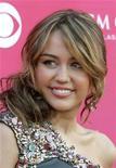<p>Foto de archivo de la cantante estadounidense Miley Cyrus durante la entrega número 44 de los Country Music Awards realizada en Las Vegas, 5 abr 2009. REUTERS/Steve Marcus</p>