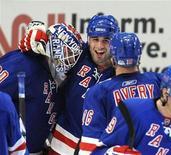 """<p>Хоккеисты """"Рейнджерс"""" празднуют выход в финал Кубка Стэнли, одержав победу над """"Филадельфией"""" в матче завершившегося регулярного чемпионата НХЛ в Нью-Йорке 9 апреля 2009 года. В воскресенье в Северной Америке завершился регулярный чемпионат Национальной хоккейной лиги, на основании результатов которого будут сформированы пары финалистов розыгрыша Кубка Стэнли. REUTERS/Ray Stubblebine</p>"""