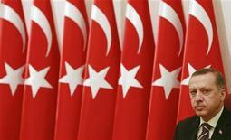 """<p>Премьер-министр Турции Тайип Эрдоган на совещании Высшего военного совета страны в Анкаре 2 декабря 2008 года. Турецкая полиция в понедельник задержала ректора столичного университета и двух его коллег из других городов по обвинению в причастности к деятельности организации """"Эргеникон"""", замыслившей, как уверены власти, государственный переворот. REUTERS/Umit Bektas</p>"""