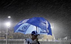 <p>Il pilota della Yamaha Jorge Lorenzo sotto la pioggia sul circuito di Doha, dove si corre il Gran Premio del Qatar. REUTERS/Fadi Al-Assaad</p>