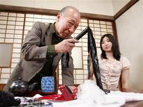 <p>Japonês Shigeo Tokuda posa ao lado da atriz Yuri Kuroda antes de gravarem cenas de mais um filme do ator pornô de 75 anos. 13/04/2009 REUTERS/Kim Kyung-Hoon</p>