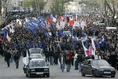 <p>Сторонники грузинской оппозиции на демонстрации в центре Тбилиси 13 апреля 2009 года. Не менее 20.000 сторонников грузинской оппозиции в понедельник вышли на улицы в Тбилиси, продолжая требовать отставки президента Михаила Саакашвили, который заявил в пятницу, что не уступит их требованиям, и вновь призвал оппонентов к диалогу. REUTERS/David Mdzinarishvili</p>
