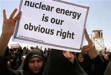 """<p>Иранские студенты держат плакаты со словами """"Атомная энергия - наше законное право"""" на демонстрации около Комбината по обогащению урана в Исфахане 16 августа 2005 года. Администрация Барака Обамы и ее европейские союзники могут отказаться от основного условия для начала переговоров с Ираном - немедленного закрытия всех объектов атомной промышленности, сообщила в понедельник газета New York Times на своем веб-сайте. REUTERS/Raheb Homavandi</p>"""