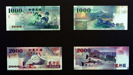 Taiwan's banknotes, the T$1,000 and T$2,000 notes, are unveiled by the central bank March 2, 1999. REUTERS/Simon Kwong