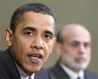 <p>Президент США Барак Обама (слева) и глава ФРС Бен Бернанке на встрече в Белом доме в Вашингтоне 10 апреля 2009 года. Действия властей США по преодолению экономического кризиса начинают приносить первые результаты, хотя еще многое предстоит сделать для восстановления экономического роста, заявил во вторник президент США Барак Обама. REUTERS/Larry Downing</p>