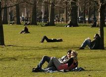 <p>Personas disfrutan del clima en el parque St James en el centro de Londres, 21 feb 2009. Los hombres británicos están tendiendo a retrasar el matrimonio hasta que están en sus treintas y un mayor porcentaje de ellos viven durante más tiempo con sus padres, de acuerdo a cifras oficiales dadas a conocer el miércoles. REUTERS/Luke MacGregor</p>