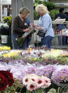 Two women shop for flowers at the Los Angeles Flower Market, May 5, 2008. REUTERS/Alexandria Sage