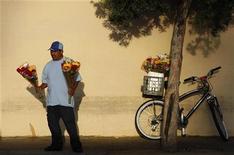<p>Мужчина с букетами цветов в Лос-Анджелесе 1 апреля 2009 года. Экономика все еще не может выйти из рецессии, и вот уже второй год подряд это отражается на американских мамах в их праздничный день. REUTERS/Lucy Nicholson</p>