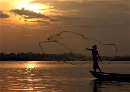 A fisherman casts a net on the Mekong River at Kampi village in Kratie province, 230 km (143 miles) northeast of Cambodia, March 24, 2007 . REUTERS/Chor Sokunthea