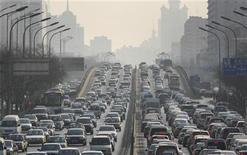 <p>Vehículos circulan en una avenida en Pekín, 15 ene 2008. La Agencia de Protección Ambiental de Estados Unidos (EPA) declaró el viernes que las emisiones de gases de efecto invernadero, como el dióxido de carbono, ponen en riesgo la salud y el bienestar humano, lo que allana el camino a una posible regulación local al respecto. REUTERS/Reinhard Krause/Archivo</p>