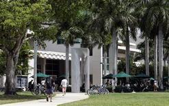 <p>Estudiantes caminan por el campus de la Universidad de Miami en Coral Gables, 17 abr 2009. La revista Playboy nombró el viernes a la Universidad de Miami como la institución estadounidense de enseñanza superior que mejor sabe divertirse, en base a cinco criterios incluyendo una revisión de la fuerza intelectual de sus alumnos. REUTERS/Joe Skipper</p>