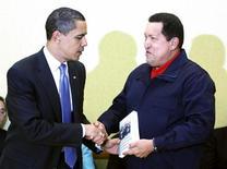 <p>Il presidente Usa Barack Obama riceve un libro in regalo dal presidente venezuelano Hugo Chavez al vertice delle Americhe. REUTERS/Kevin Lamarque (TRINIDAD AND TOBAGO POLITICS)</p>
