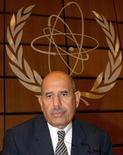 <p>Глава Международного агентства по атомной энергии Мохаммед аль-Барадей на фоне логотипа организации в Вене 8 сентября 2003 года. Глава Международного агентства по атомной энергии Мохаммед аль-Барадей заявил, что для решение ядерной проблемы Ирана и Северной Кореи необходимы переговоры, основанные на глубоком взаимном доверии. REUTERS/Heinz-Peter Bader</p>