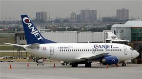 <p>Самолет авиакомпании Canjet в аэропорту Pearson в Торонто 5 сентября 2006 года. Вооруженный мужчина удерживает пять членов экипажа пассажирского самолета в аэропорту Монтего-Бей на Ямайке. REUTERS/J.P. Moczulski</p>