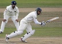 <p>Игрок сборной Новой Зеландии Росс Тэйлор отбивает удар, за которым наблюдает Гаутам Гамбхир из Индии (слева) в Веллингтоне 7 апреля 2009 года. Сотни заключенных в одной из тюрем на востоке Индии объявили голодовку после того, как им отказали в просмотре одного из крупнейших турниров по крикету по кабельному телевидению, сообщили чиновники в понедельник. REUTERS/Anthony Phelps</p>