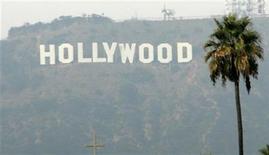 <p>El letrero Hollywood en Los Angeles, California, 4 nov 2007. Funcionarios de alto rango del fuertemente dividido Sindicato de Actores de Cine y Televisión dijeron que aprobaron un contrato tentativo el domingo, allanando la vía para que los 120.000 afiliados del mayor gremio de Hollywood voten un acuerdo. REUTERS/Danny Moloshok/Archivo</p>
