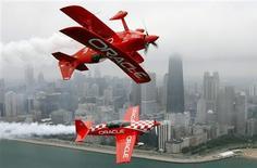 <p>Aviões de acrobacia patrocinados pela Oracle voam sobre Chicago. A Oracle planeja entrar no mercado de hardware ao adquirir a Sun Microsystems por mais de 7 bilhões de dólares. A empresa decidiu entrar na disputa pela companhia depois que as negociações entre a Sun e a IBM fracassaram.</p>