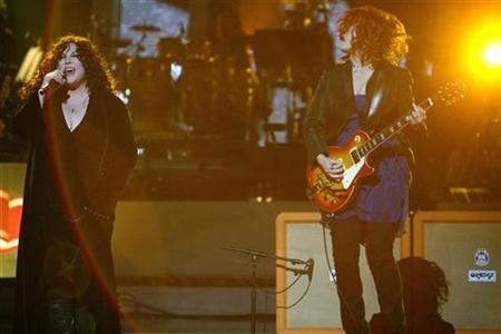 Ann (L) and Nancy Wilson of Heart perform at the ''Idol Gives Back'' show at the Kodak theatre in Hollywood, California April 6, 2008. REUTERS/Mario Anzuoni